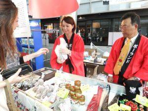 aronia w czekoladzie i aronia kandyzowana prezentowana na wystawie w Tokio